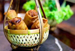 Loempia's in een mandje (foto: Kim Le Cao © Pho Vietnam)