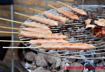 Nem nuong op barbecue (foto: Pho Vietnam © Kim Le Cao)
