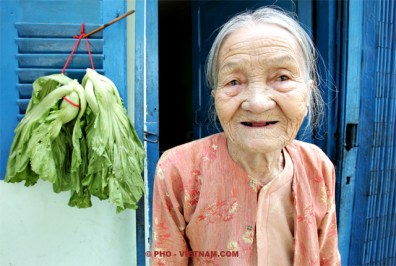 Oude vrouw in Saigon (foto: Pho Vietnam © Kim Le Cao)