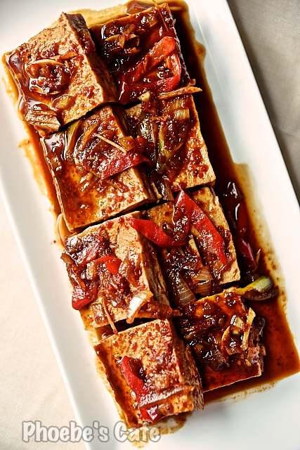 두부 조림 만들기 입니다. 아주 쉬운 그리고 간단한 밑반찬 요리지요? 싸고 흔한 두부로 맛있는 반찬 하나가 잠깐이면 만들어집니다. http://phoebescafe.com/braised_tofu_ko/