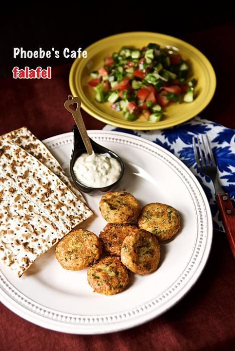 팔라펠(Falafel)은 중동 지역이나 그리스 지역에서 많이 먹는 병아리 콩이나 파바콩 갈아서 패티로 만들어 튀겨낸 고기 대용 음식입니다. 마트에서 파는 병아리콩 통조림을 사다가 만들었어요. 병아리 콩이 몸에도 좋다고 하니 만들어 보세요. http://phoebescafe.com/팔라펠/