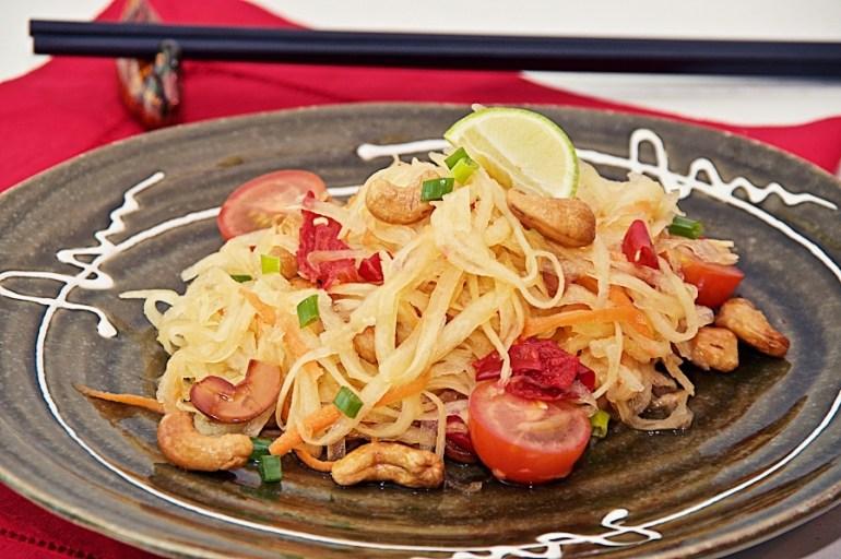 그린 파파야 샐러드 만들기, 무 생채 처럼 개운하게 반찬으로 알맞는 태국의 솜땀입니다.  http://phoebescafe.com/somtam/