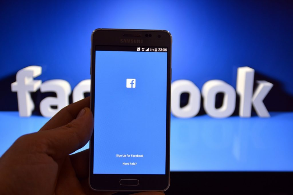 How to hack someone's Facebook without touching their cell phone