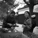 1948~54年 オハラ,エリザベス・ウォルシュ《花を売り歩く女性:兵庫,西宮市,夙川付近