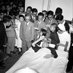 1949年頃 吉田 潤『戦後フォーカス293』《原爆症の永井隆博士をお見舞いする天皇陛下》