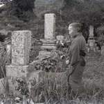 1953年ごろ 山﨑治雄《部落の表情・墓と老婆》