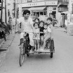 1975年 若目田幸平『東京のちょっと昔』《町屋(荒川区)のおじさんと子ども》