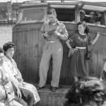 1952年 笹本恒子 《女性連れの進駐軍兵士と幕下力士》両国
