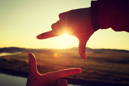 un cadre photographique avec ses doigts