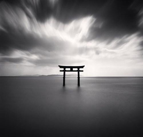 photos préférées de michael kenna photo minimaliste poteaux dans la mer