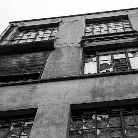 paysage urbain, vitres brisées challenge photo noir & blanc