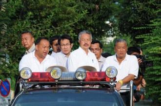 Bangkok governor Sukhumbhand Paribatra inspects 2011 Thailand flood preparations.