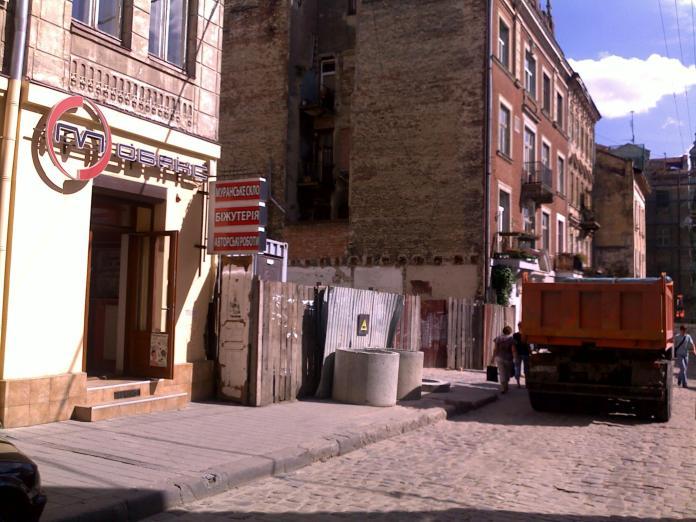Фотографії розкопок на вулиці Івана Федорова у дворі між будинками №21 та №27