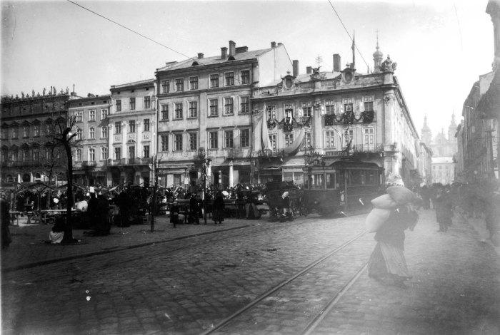 Площа Ринок. Четвертий зліва - Палац латинських архієпископів