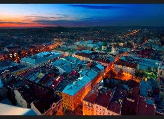 Феєричне фото центральної частини вечірнього Львова згори з колоровою підствіткою.