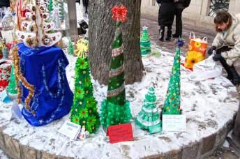 Виставка екологічних ялинок зроблених учнями Львова.