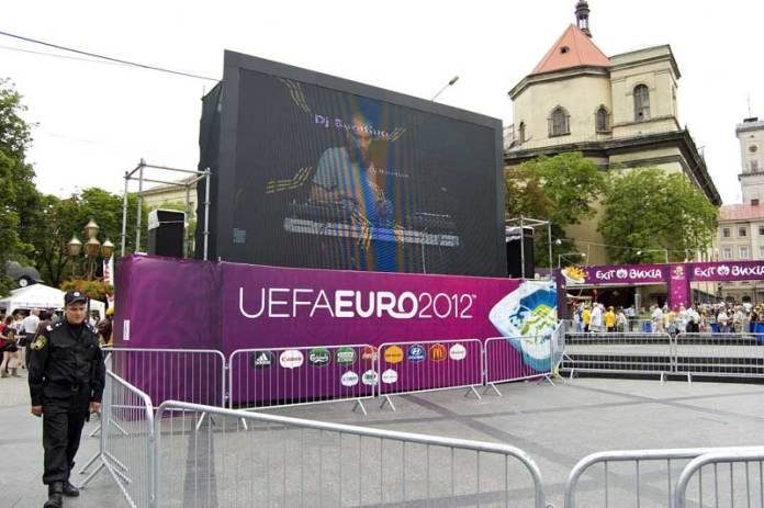 Офіційна фанзона до Євро 2012 у Львові на проспекті Свободи