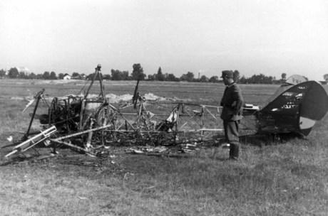 Львів, німецький солдат поряд зі згорілим літаком, вересень 1939 року