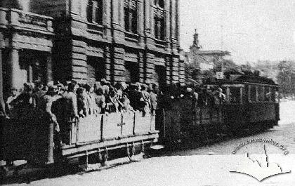 Трамвай з причепними вагонами, в яких перевозили в'язнів Янівського концтабору на примусові роботи до міста (німецька окупація Львова)