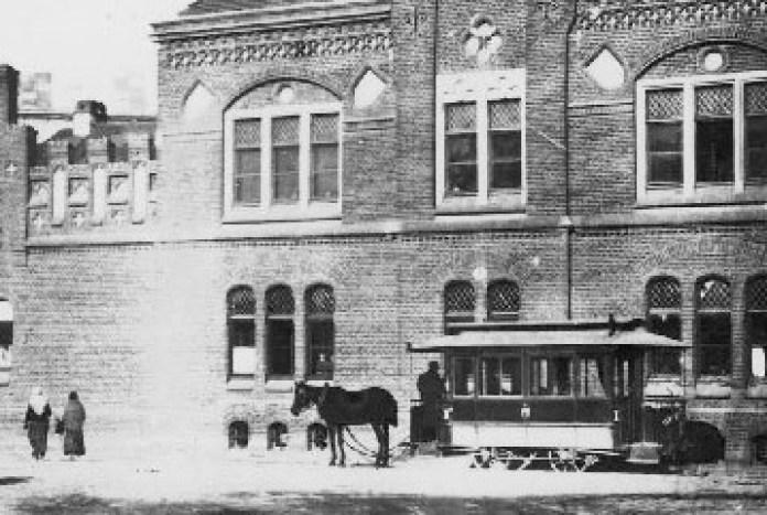 Закритий вагон кінного трамвая на площі Митній (кінець XIX століття)