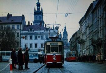 Кадр з фільму «Старики-розбійники» — трамвай Gotha G4-61 на площі Ринок (1970)