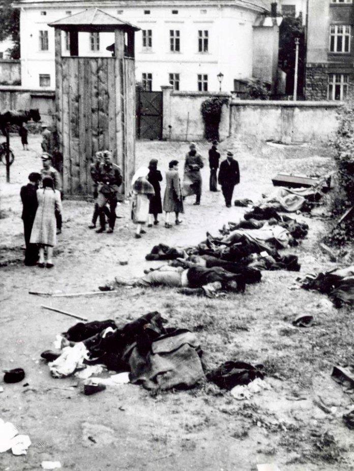 Тюрма на Лонцького. Львів'яни шукають своїх рідних серед вбитих у липні 1941 року