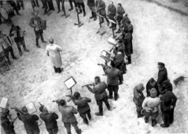 Оркестр Янівського концтабору виконує «Танґо смерті»