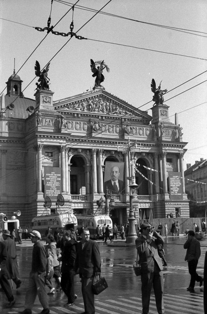 Львів, Парад біля оперного театру, 1964 рік