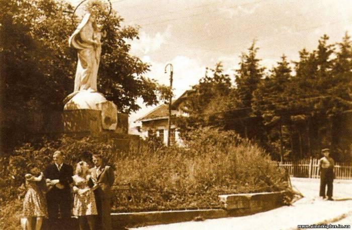 Матір Божа. Біля тютюнової фабрики, 50-і роки ХХ ст.