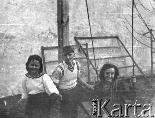 1940. На подвір'ї будинку на вул. Гіпсовій