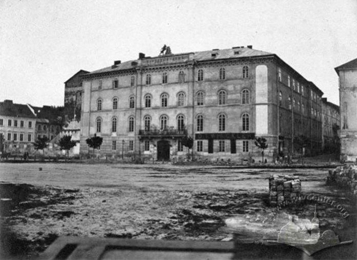 Саме в цій будівлі розташовувалась у 1862-1906 рр. Академічна Гімназія. Вона займала 3-й та 4-й поверхи