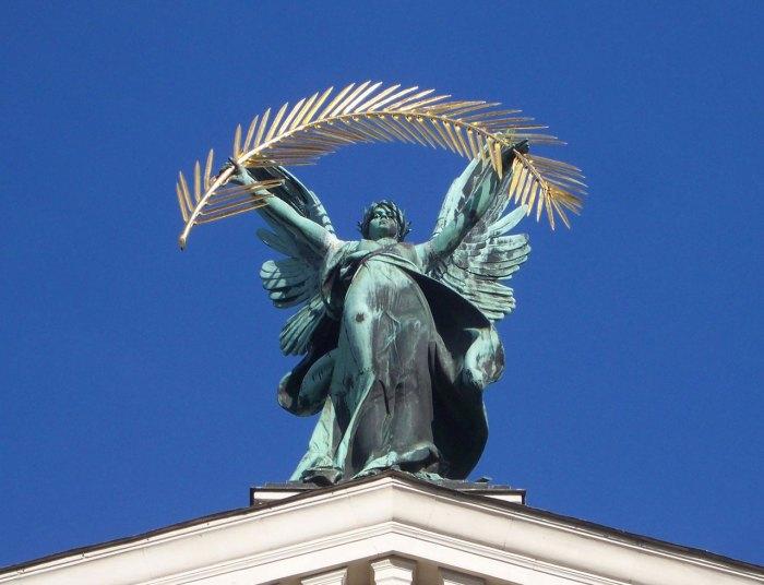 Статуя «Слави» на фасаді Львівської Опери