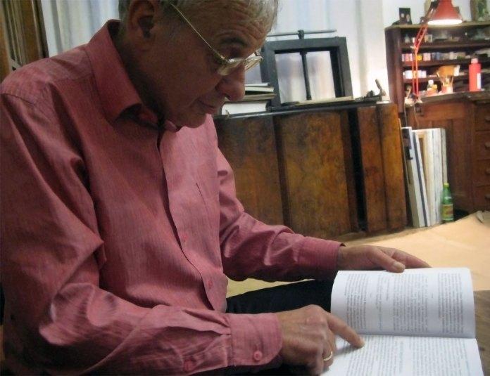 Богдан  Сорока  в  своїй  майстерні, читає фрагменти спогадів про зйомки.