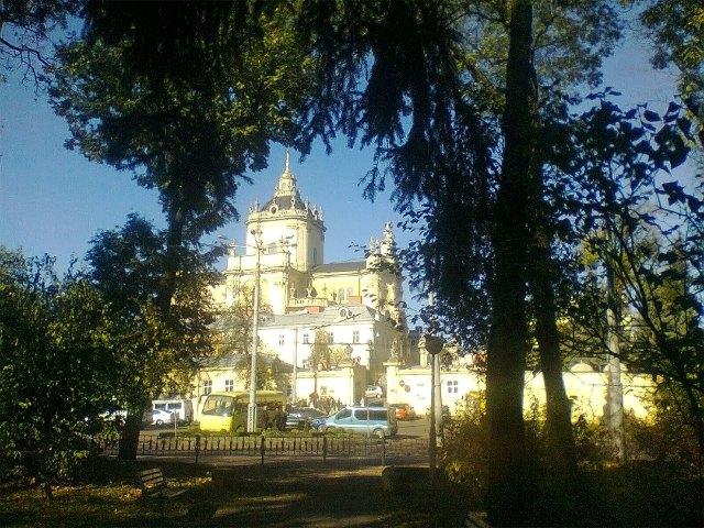 Вид на площу св. Юра зі скверу