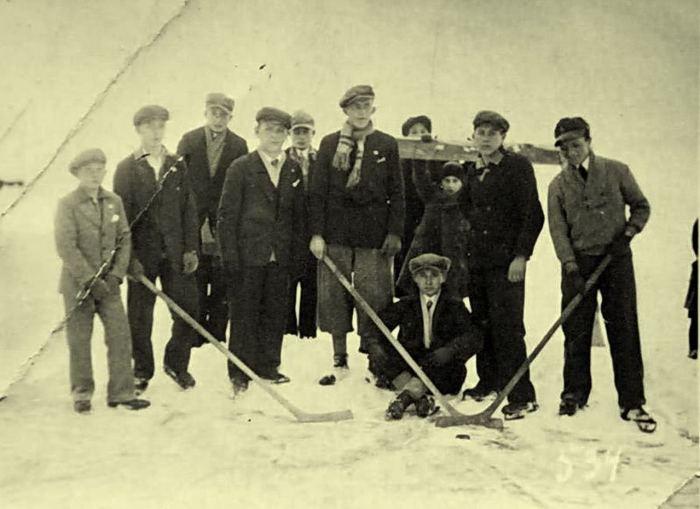Казимир Соколовський (по центрі) з групою хокеїстів. Львів.1933 рік.
