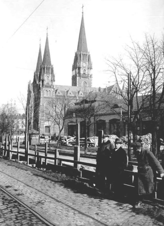 вул. Сапєгі (нині - С.Бандери ) у Львові, на задноому плані - базар Грьодлів, фото 20-х років XX ст.