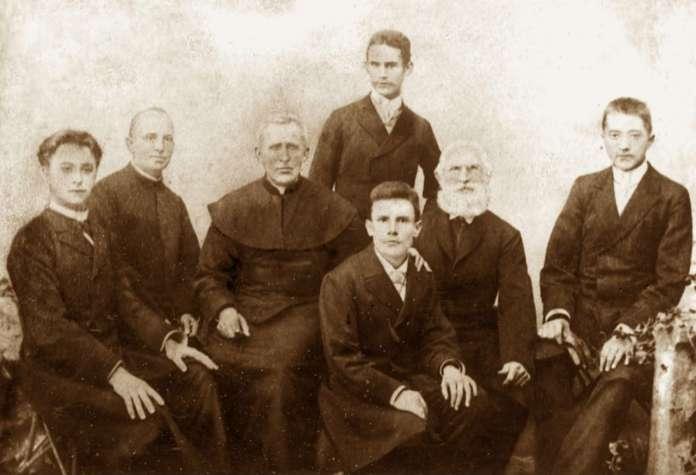 Святий Зигмунт Гораздовський ( третій ліворуч ), фото поч. XX ст.