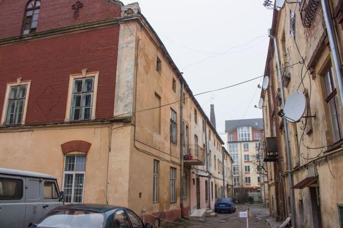 Н території фабрики. Ліворуч - виробниче приміщення, праворуч - будинок працівників. Фото 2015 року