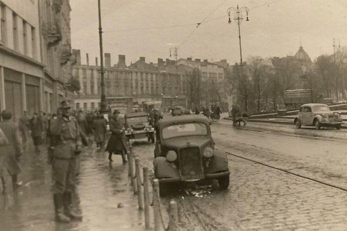 Перед входом до Lemberger Kaufhof ( Галереї Маріацької ), роки німецької окупації Львова, 1941 - 1944