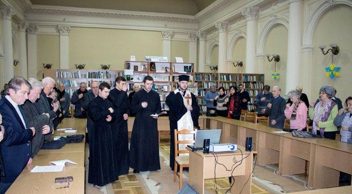 Проректор Львівської Православної Богословської Академії кандидат богословських наук ієрей Михаїл Сивак разом зі студентами