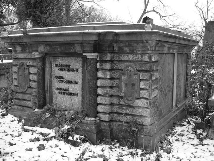 Похований М.Островерхов, разом з родичами на Личакові, в старій польській гробниці.