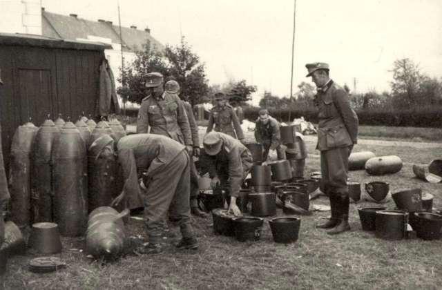 Гірські піхотинці оглядають трофейні авіабомби на Скнилові