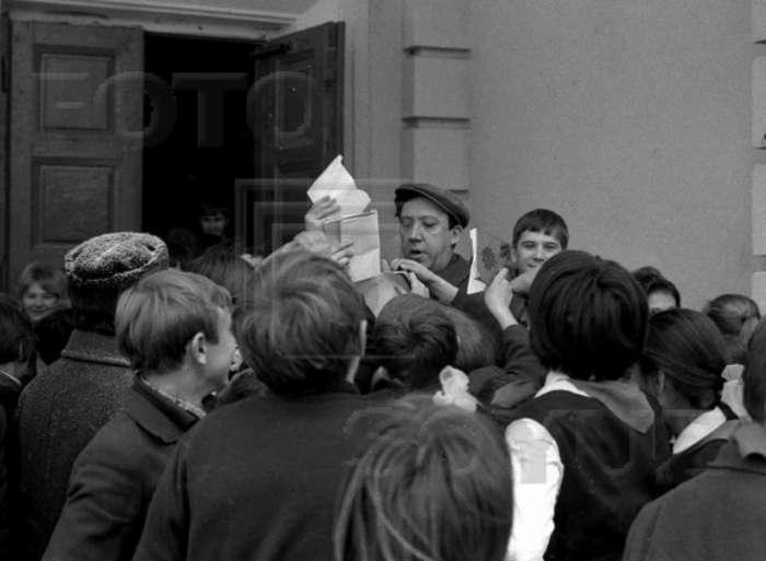 Юрій Нікулін зі школярами сер.школи № 58, 1970 рік