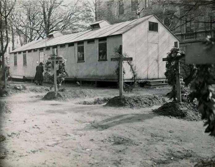 Цвинтар Орлят і дерев'яна каплиця на місці майбутнього монументу, фото 1918 - 1919 рр.