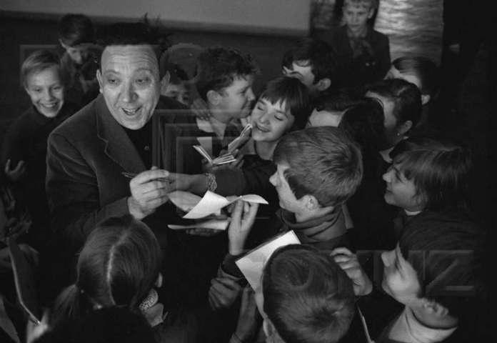 Роздача автографів у розпалі. Ю. Нікулін у школі  № 58 м. Львова, 1970 рік