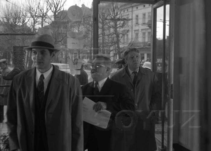 """Г. Бурков і Ю. Нікулін у будівлі профспілок ( тоді магазин """" Елегант """" ) на пр - ті Шевченка, 1970 рік"""