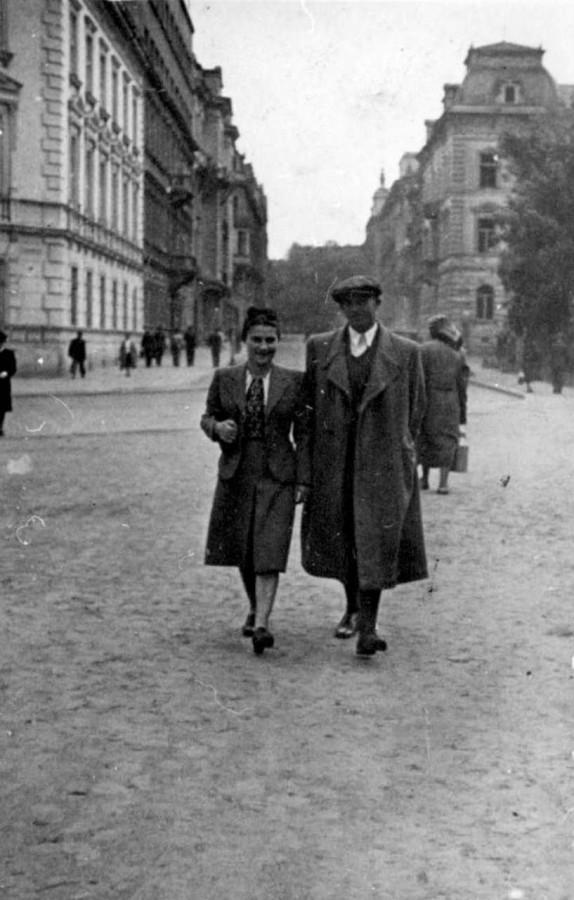 Прогулянка, позаду нин. вул. Словацького, 1942 рік