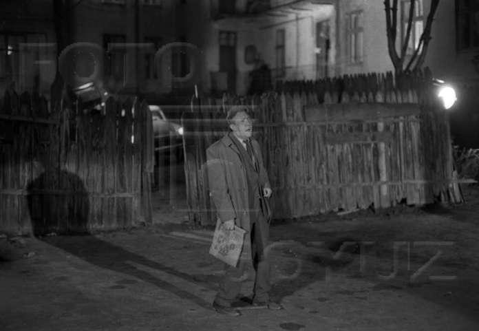 """Юрій Нікулін в сцені втечі після """" пограбування """", р - н вул. Драгоманова, 1970 рік"""