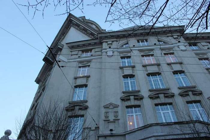 Наріжник фасаду дирекції з вул. Гоголя, фото 2015 року