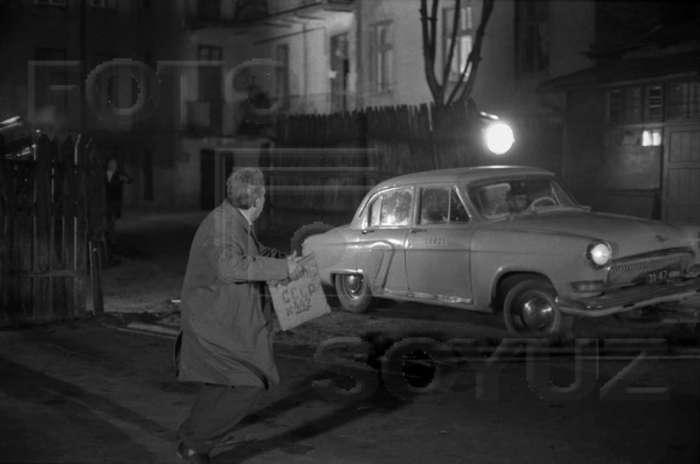 """Ю. Нікулін в сцені втечі після """" пограбування """", р - н вул. Драгоманова, 1970 рік"""